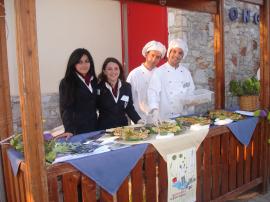 Φωτογραφία από την Γιορτή Αγκινάρας 2010 «Μαθητές – Μαθήτριες Ξενοδοχειακών, Επισιτιστικών  & Μαγειρικών Τμημάτων ΕΠΑΣ/ΙΕΚ Πελοποννήσου που πλαισιώνουν – υποστηρίζουν την διοργάνωση παρουσιάζοντας – προσφέροντας   τις παρασκευές τους με βάση την Αγκινάρα».
